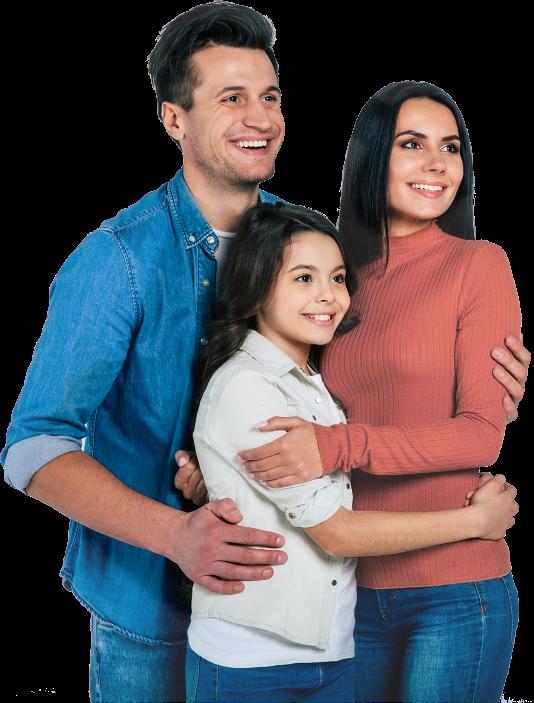 Imagen de una familia compuesta por 3 personas, dándose un abrazo y sonriendo